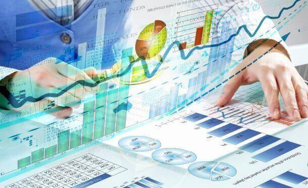 man looking for data - Data mining средства обнаружения данных могут создавать ценность для бизнеса?